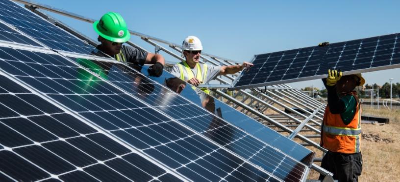 zonnepanelen installatie door 3 man
